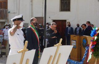 Italiani e Americani commemorano il cappellano Vincent R. Capodanno.